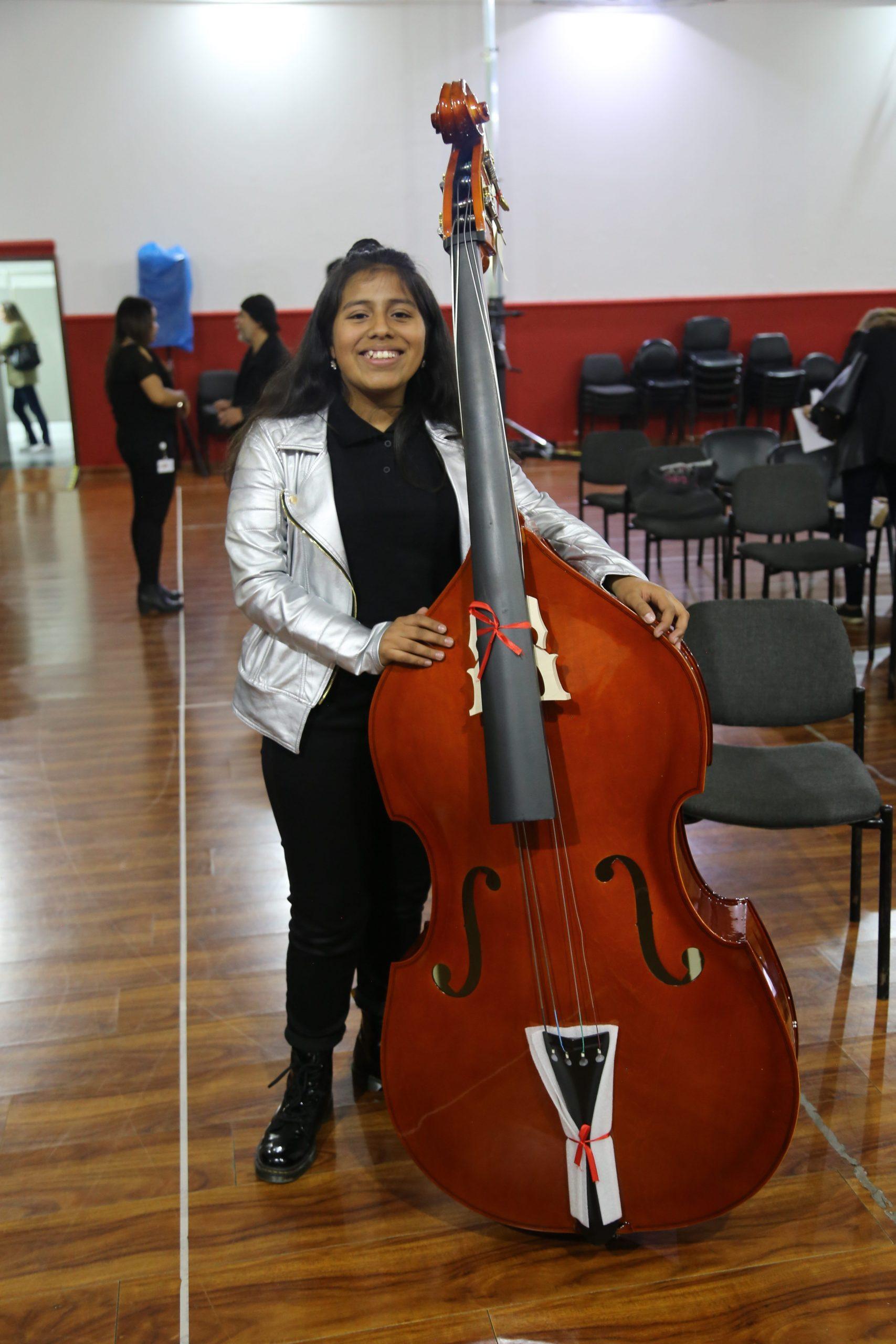 Niranyanna Lee Urbina recibe contrabajo del Banco de Instrumentos Musicales