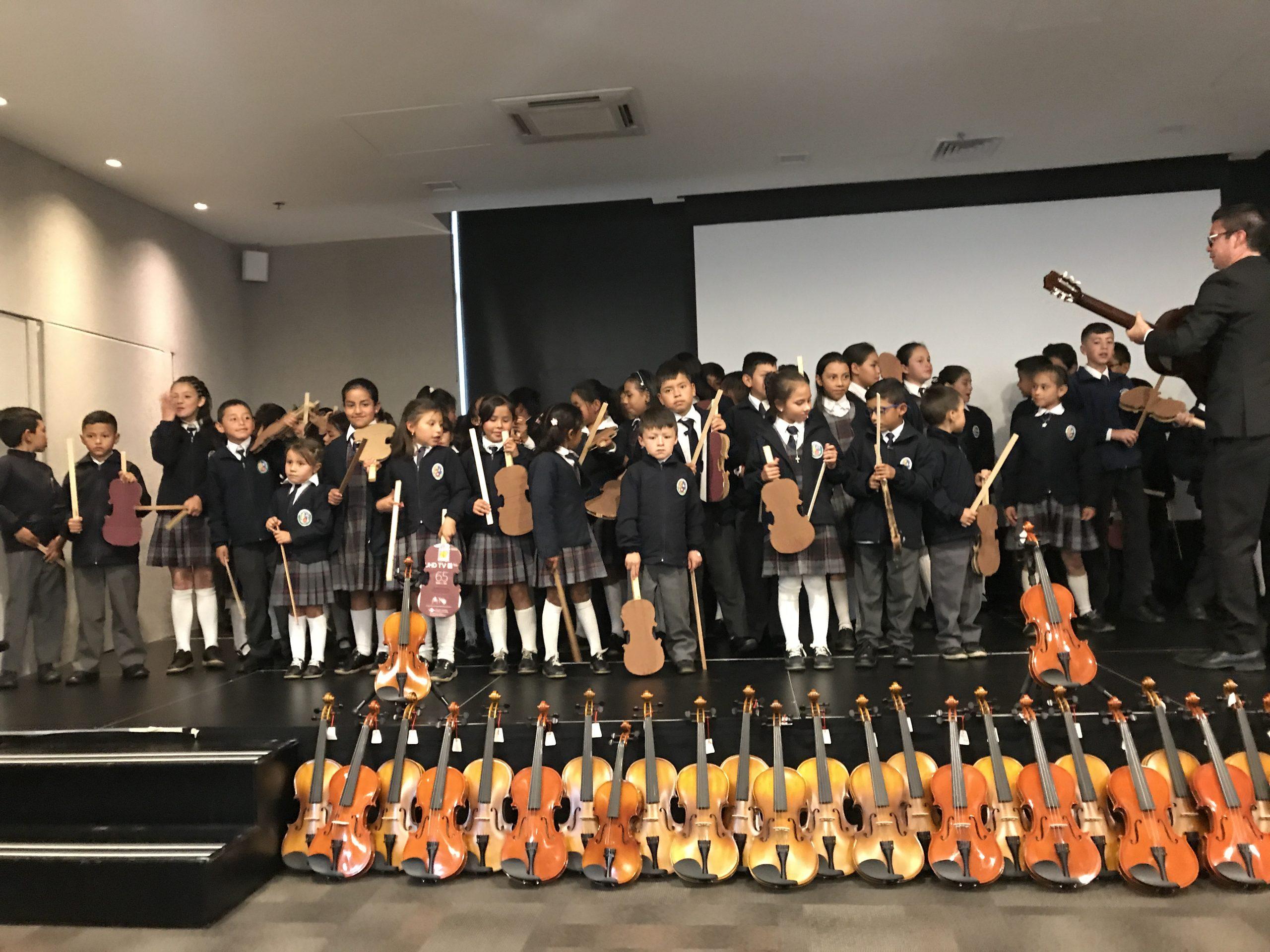 Banco de Instrumentos entrega 55 instrumentos a Orquesta de Papel