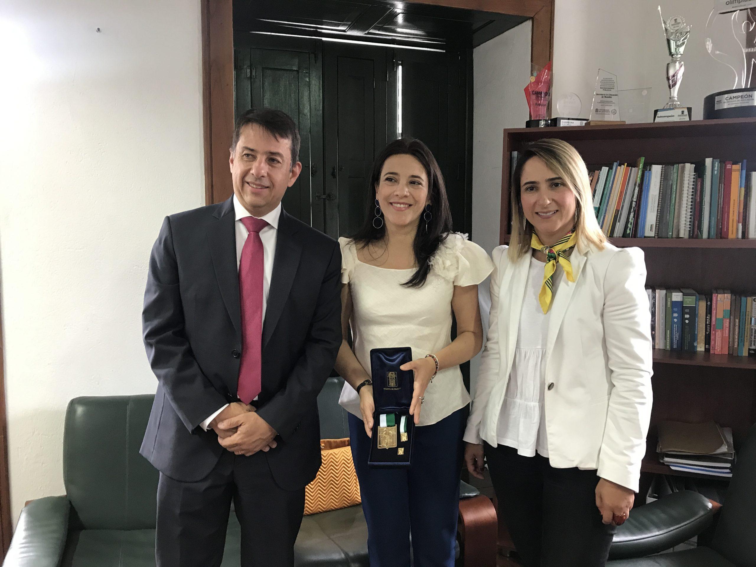 Fundación Siemens recibe Medalla al Mérito por aporte a la Educación y Cultura en Medellín